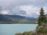 Regenbogen über Gletschersee im Banff Nationalpark