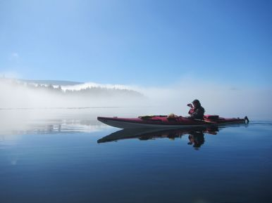 Seekajaker in nebliger Insellandschaft vor Vancouver Island