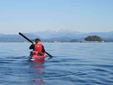 Paddler mit Grönlandpaddel beim Inselhopping vor Vancouver Island